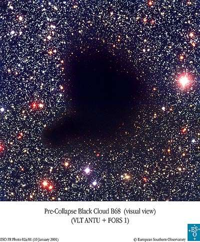 Un globule de Bok, comme celui visible sur cette image, est un amas sombre de poussières et de gaz du milieu interstellaire au sein duquel peut commencer la naissance d'étoiles. Ils contiennent de l'hydrogène moléculaire, des oxydes de carbone, de l'hélium et environ 1 % de poussières de silicates pour un volume d'environ une année-lumière et 10 à 50 masses solaires. © ESO