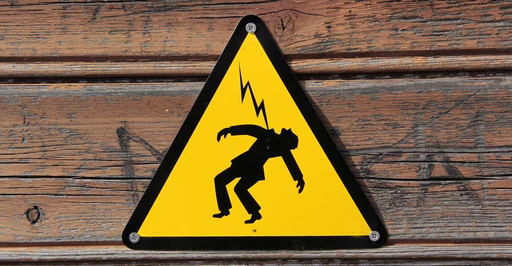 L'arrêt cardiaque peut survenir lorsqu'un courant de 50 mA traverse le corps pendant 1 seconde ou lorsqu'un courant de 100 mA le traverse pendant seulement 0,5 seconde. Au-delà de 500 mA, la durée n'est plus guère importante. C'est généralement l'électrocution immédiate. © helenedevun, Fotolia