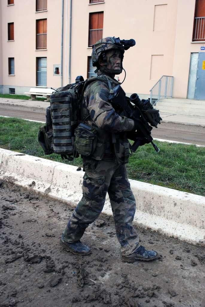 Aujourd'hui, au-delà de la caféine ou de certains vaccins, les « augmentations » invasives chez les soldats n'existent pas. Il y a quelques années, Futura avait pu suivre les exercices de soldats équipés d'accessoires de communication et de détection intégrés au programme Scorpion de l'armée. © Futura