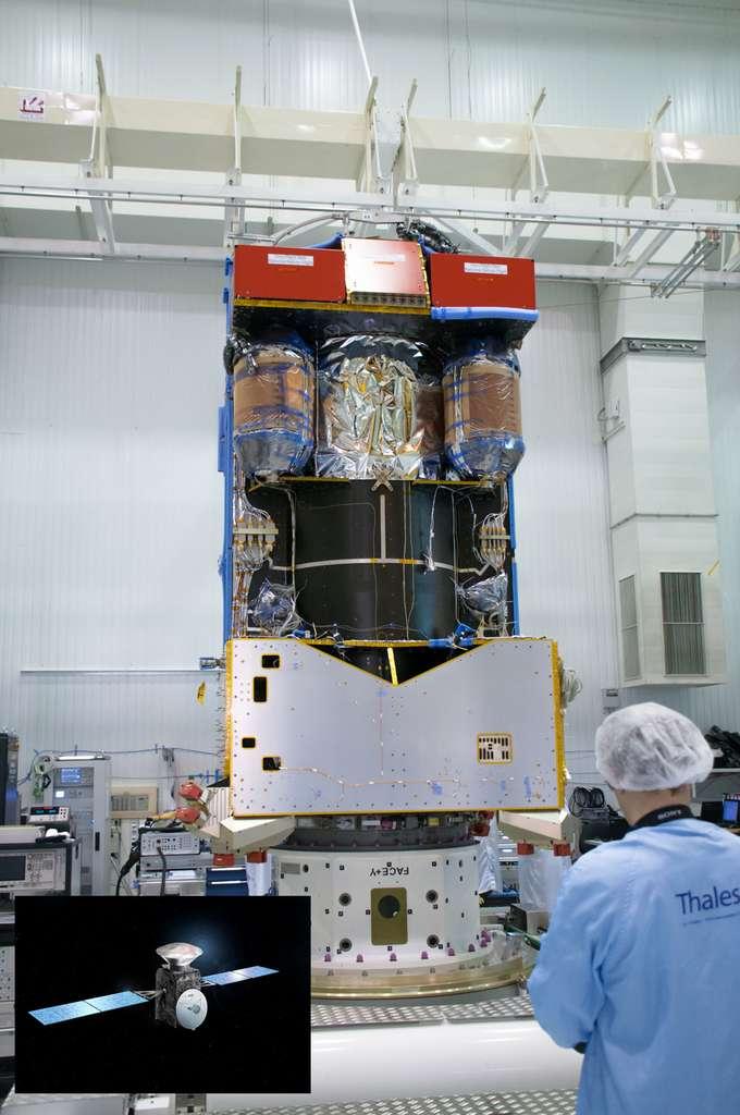 La sonde Trace Gaz Orbiter, actuellement en cours de réalisation. En surimposition, la vue d'artiste montre la mission ExoMars 2016 avec la sonde portant le démonstrateur de rentrée atmosphérique (la capsule Schiaparelli) qui se posera sur Mars. © Esa