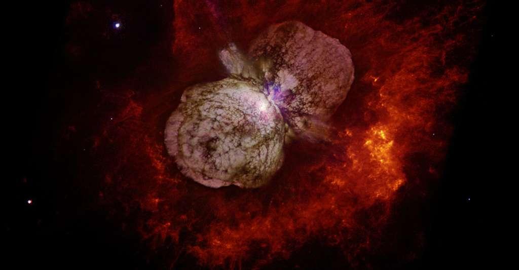 Les sursauts gamma sont-ils dangereux ? Peut-on les voir à l'œil nu ? Ici, le système stellaire Eta Carinæ. Cet astre pourrait bien donner naissance à un sursaut gamma dans le stade ultime de sa vie. Il est ici observé par Hubble en septembre 1995 avec le Wide Field and Planetary Camera 2 (WFPC2). © Nathan Smith, DP