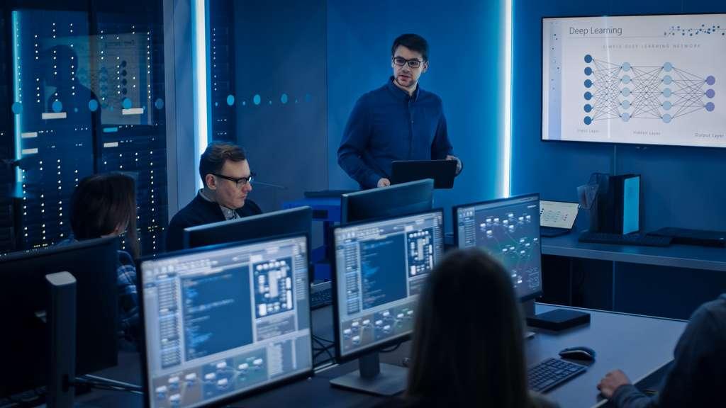 Le machine learning engineer se base sur les analyses du data scientist pour développer des programmes permettant la mise en production de données complexes. © Gorodenkoff, Adobe Stock.