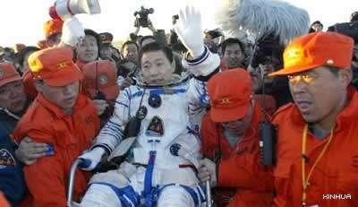 Retour du taïkonaute Yang Liwei sur Terre, à l'issue du premier vol habité chinois de l'histoire (Crédits : Xinhua)