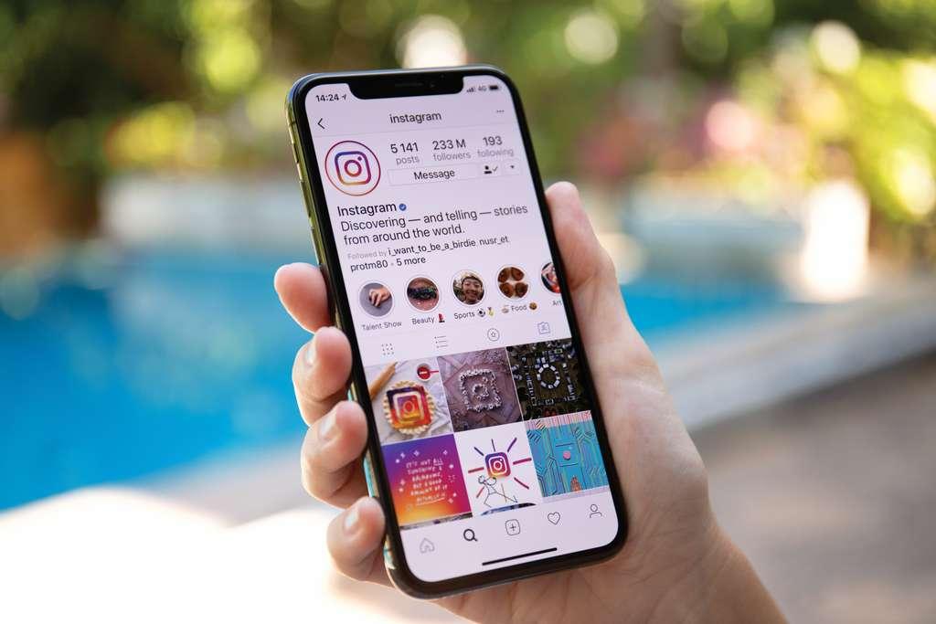 Comment l'influence sur les réseaux sociaux peut-elle réussir à mieux convaincre certaines personnes que les autorités sanitaires en vigueur ? © Denys Prykhodov, Adobe Stock
