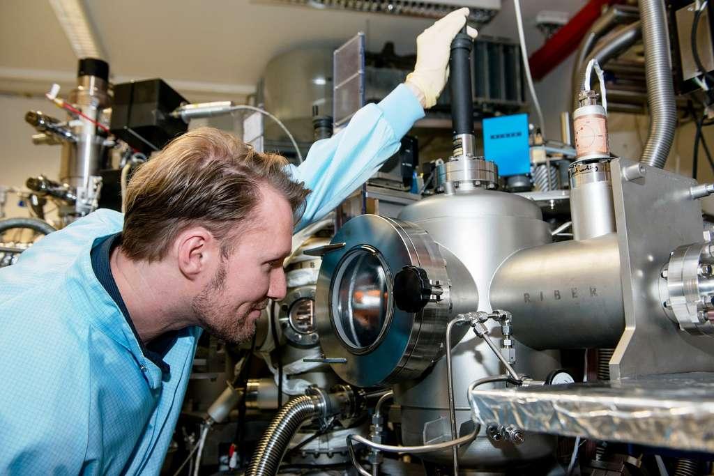 Le physicien Sascha René Valentin est ici occupé à fabriquer des boîtes quantiques dont la taille est d'environ 30 nanomètres. C'est dans ce matériau semiconducteur que des électrons manquants vont se comporter quantiquement comme des particules de charge positive, avec un spin, et donc capables de porter un qubit d'information. © RUB, Marquard