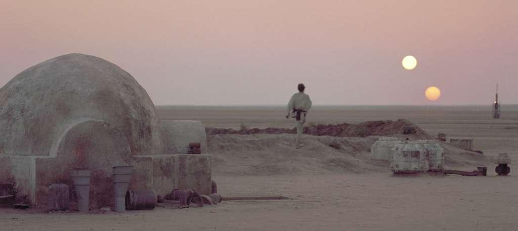 Coucher de deux soleils sur Tatooine, la planète où a grandi Luke Skywalker. © Lucasfilm
