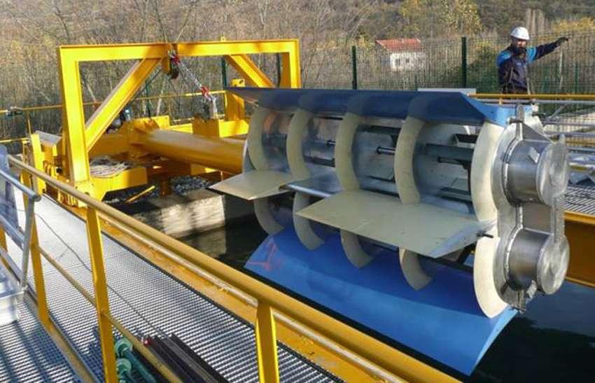 Voilà plus de deux ans et demi que cette hydrolienne d'Hydroquest est testée dans un canal d'amenée d'une installation hydroélectrique d'EDF. Ici à l'horizontale, la tour se compose de 2 colonnes composées chacune de 4 turbines. © Hydroquest