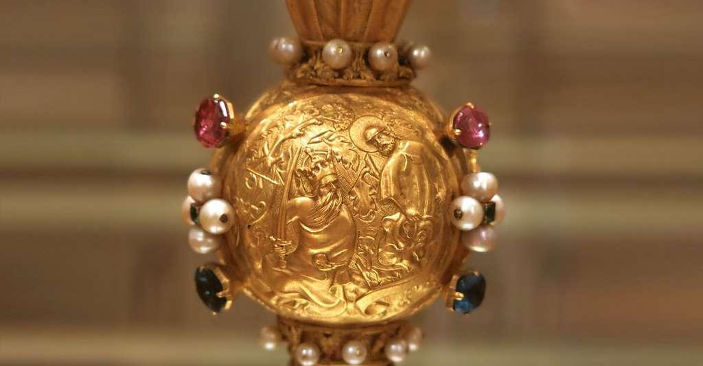 En 843, s'en fut fini de l'Empire carolingien. Ici, le songe de Charlemagne à Aix-la-Chapelle (il aurait vu une apparition de saint Jacques) représenté sur le nœud du sceptre de Charles V. © Tangopaso, Wikimedia Commons, DP