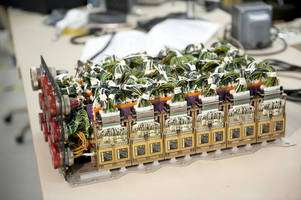 Après avoir remplacé le boîtier électronique Alca-2, la Nasa s'est assurée qu'il n'y avait plus de risque de court-circuit ni de surcharge, ce qui avait provoqué l'arrêt du compte à rebours lors de la première tentative de lancement d'Endeavour. © Nasa