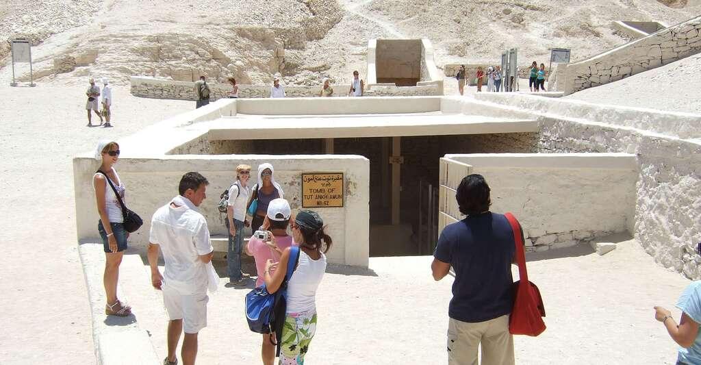 À l'époque de la découverte de son tombeau, Toutânkhamon est inconnu du grand public. C'est la richesse de sa sépulture et les mystères qui entourent aussi bien sa vie que sa mort qui lui ont permis d'accéder à la postérité. © Kounosu, Wikipedia, CC by-sa 3.0