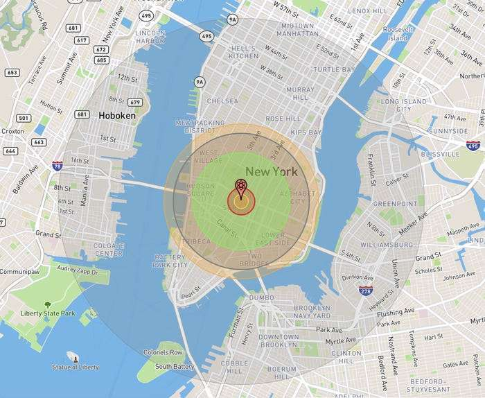Sur cette simulation, en jaune, la limite de la boule de feu qui survient moins d'un millionième de seconde après l'explosion. En vert, la limite atteinte par les retombées radioactives dans un délai de 15 minutes après l'explosion. En rouge puis en gris, les limites du souffle de l'explosion qui peut encore, loin du point d'impact, provoquer des morts. Et en orange, celle du rayonnement thermique susceptible de brûler les populations. © Nukemap 2.65, Alex Wellerstein, Google Maps