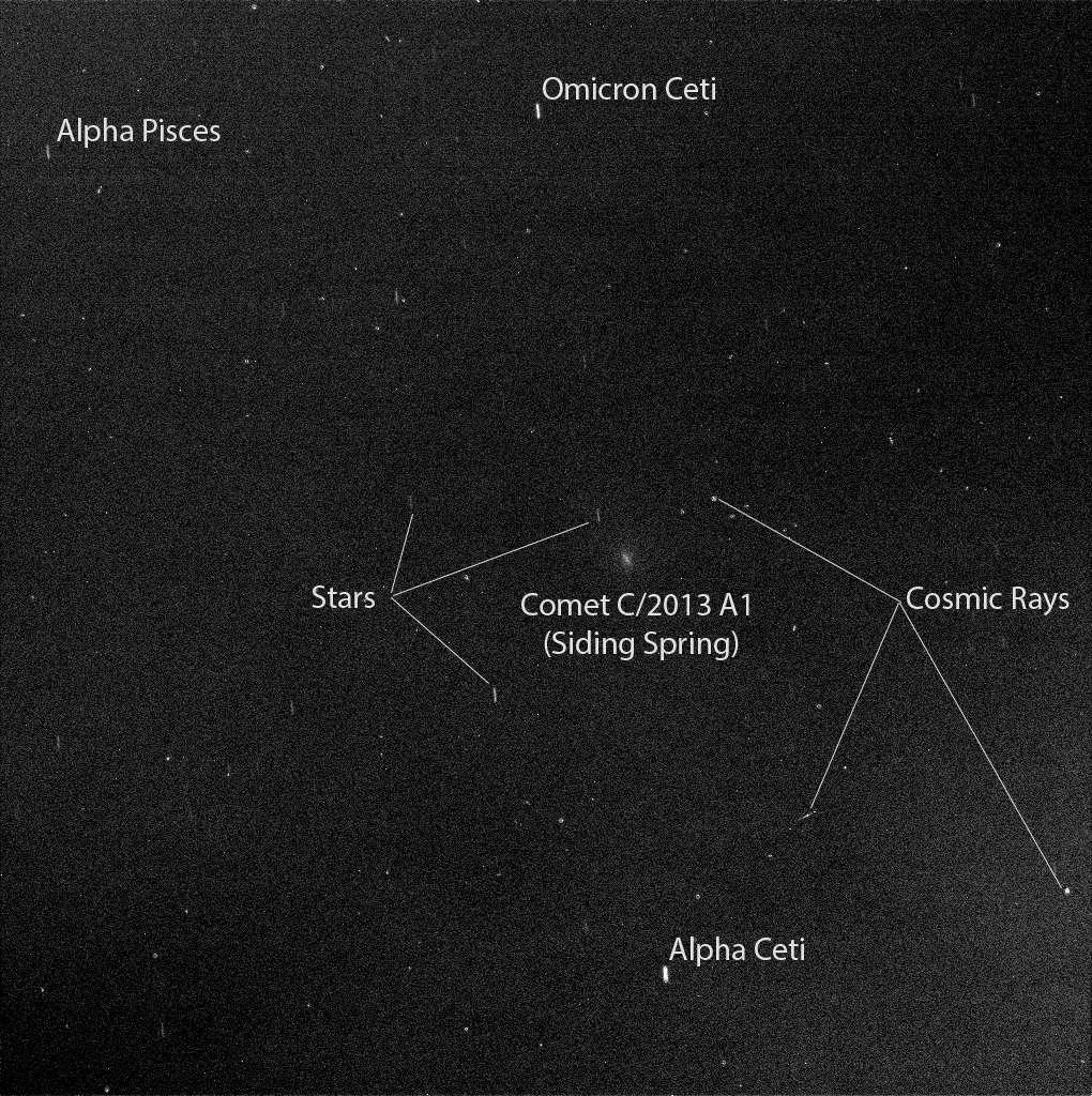 Depuis le sol martien, le rover Opportunity a photographié C/2013 A1 Siding Spring le 19 octobre, environ 2 heures et demie avant le passage de la comète au plus près de la Planète rouge. Quelques rayons cosmiques ont laissé leurs empreintes. © Nasa, JPL-Caltech, Cornell University, ASU, TAMU