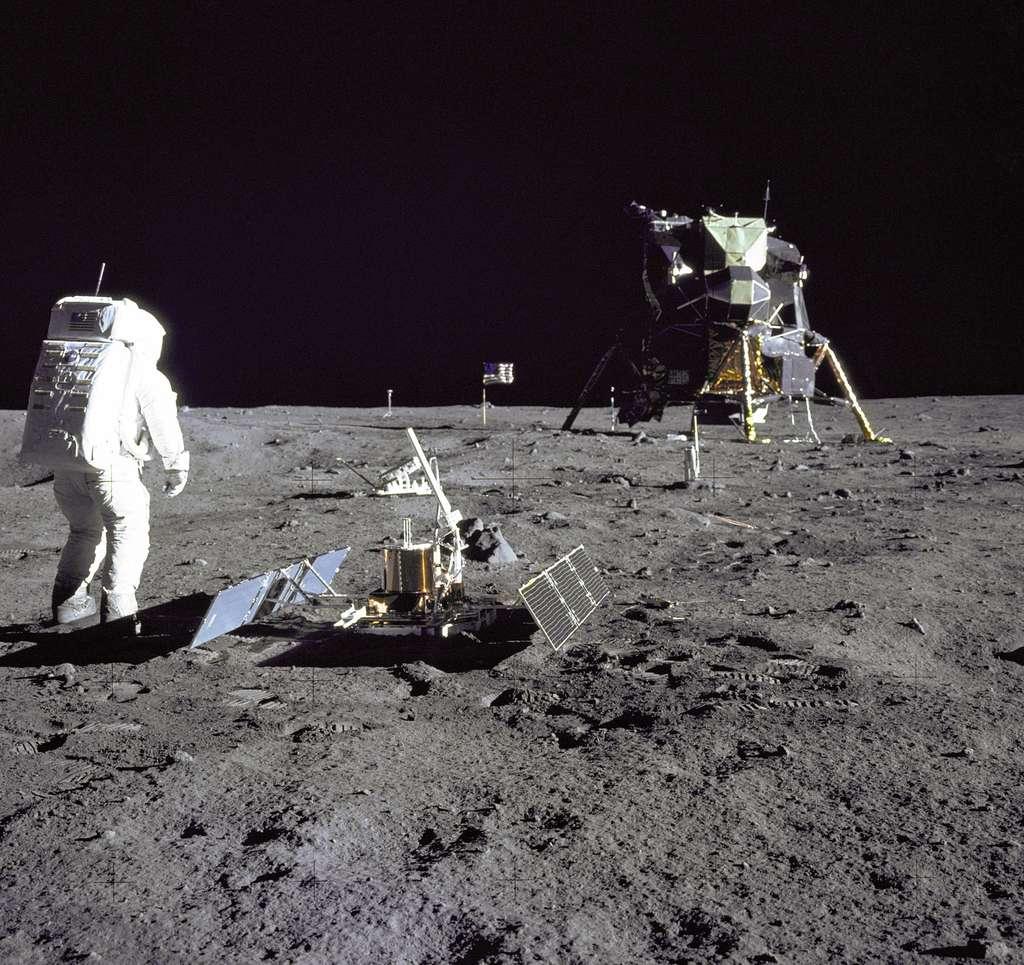 L'astronaute Buzz Aldrin, devant le premier sismomètre posé sur la Lune, en juillet 1969. © Nasa