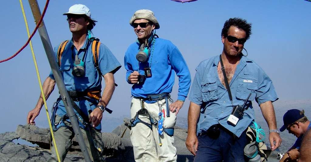 Au bord du cratère de l'Erta Ale, de gauche à droite : Nicolas Hulot, Jacques-Marie Bardintzeff et Gilles Santantonio, réalisateur. © J.-M. Bardintzeff avec l'aimable autorisation d'Ushuaïa Nature, reproduction et utilisation interdites