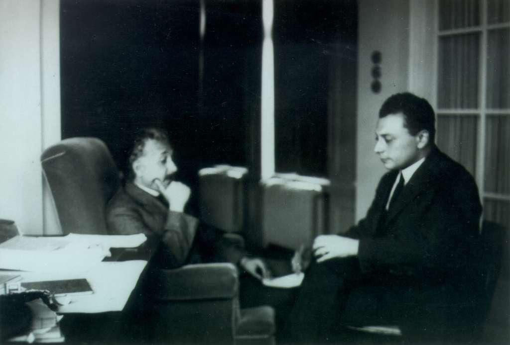 Einstein et Pauli en pleine discussion. Les deux physiciens étaient des maîtres de la théorie de la relativité générale. © Cern