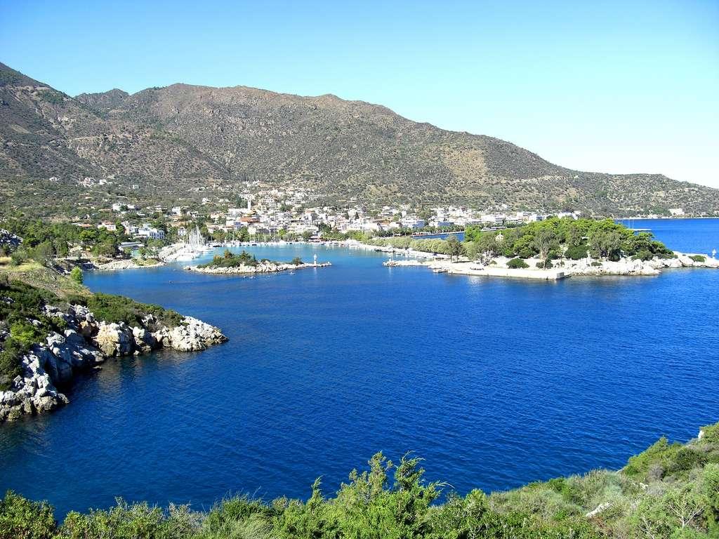 La ville de Methana, dans le Péloponnèse. Elle est située dans une péninsule volcanique. Les premiers signes d'occupation remontent aux environs de 1.500 avant J.-C. © AlMare, Wikimedia Commons, CC by-sa 3.0