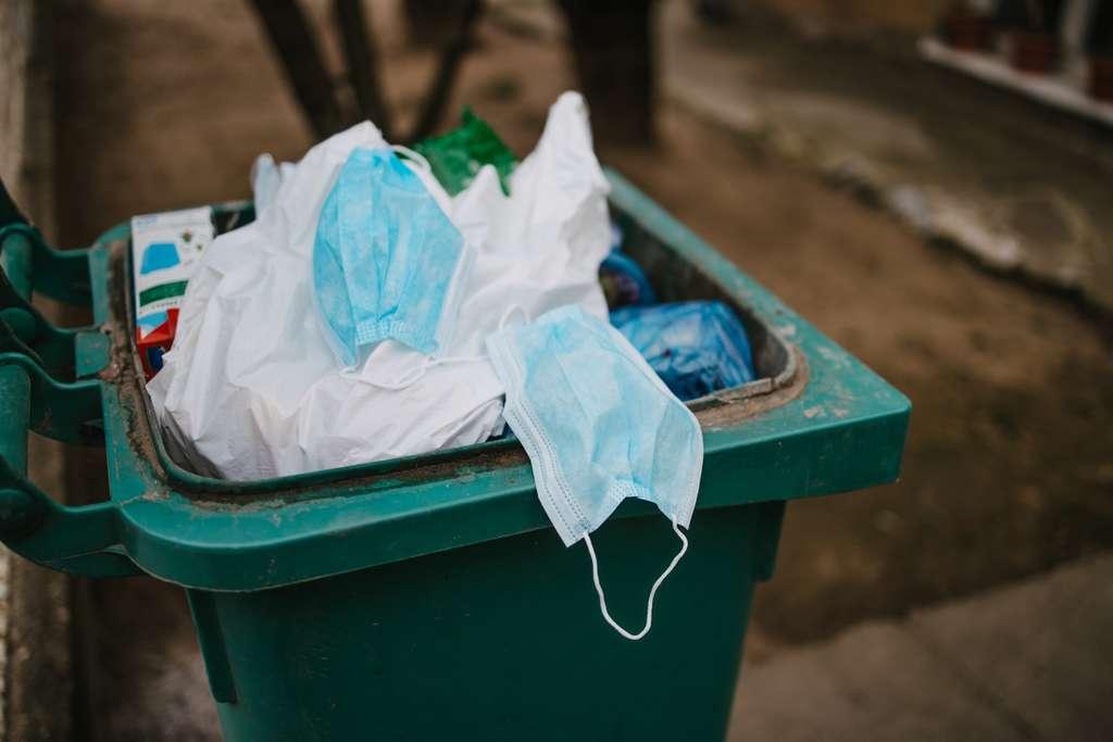 Une nuisance et des incivilités de plus pour l'environnement et la nature. Recyclage et décontamination sont à l'étude pour gérer les montagnes de masques que la pandémie du Covid-19 génère. © Vuk Saric, Adobe Stock