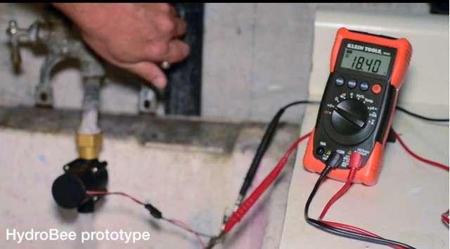 Le concept de l'HydroBee a été élaboré à partir d'un débitmètre d'eau qui une fois branché à un robinet était capable de produire une tension de 18 V. Cette technologie a ensuite été incorporée dans le module HydroBee pour recharger six piles AA, qui délivrent ensuite leur énergie à n'importe quel appareil USB auquel elles sont connectées. © HydroBee