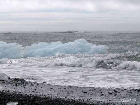 En haut, glaçons du Vatna en mer. En bas, icebergs dans le lac périglaciaire. © Claire König