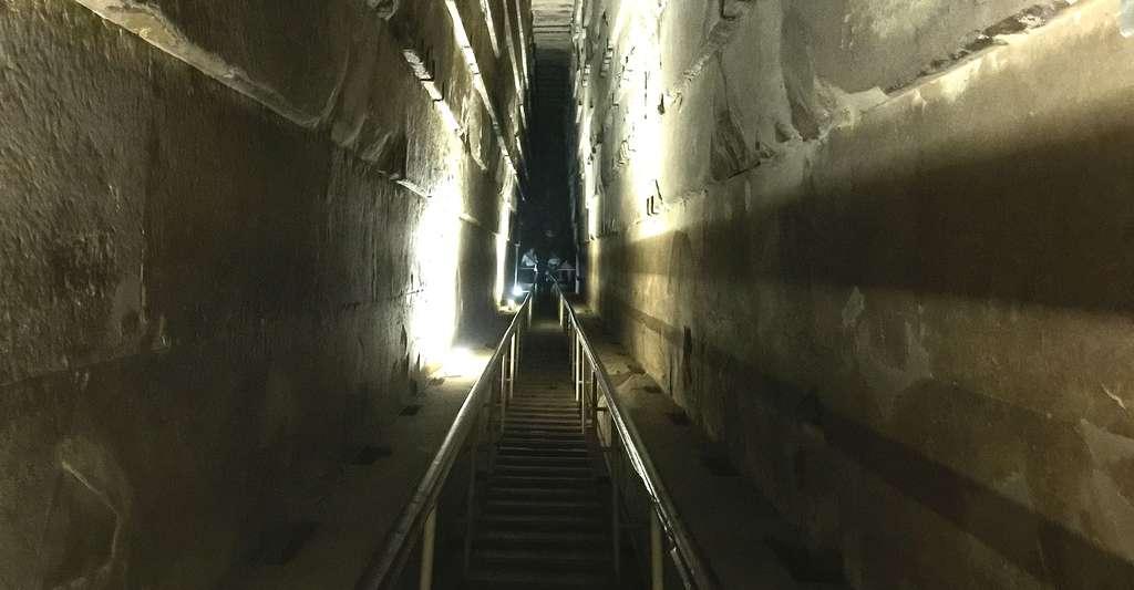 Vue intérieure de la pyramide de Khéops. Parmi les techniques non destructives, le robot Djedi permet d'explorer l'édifice sans l'abîmer. © Keith Adler, CC by-sa 4.0