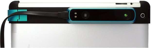 Le capteur Structure Sensor est un boîtier en aluminium (119,2 x 27,9 x 29 mm pour 99 g) qui vient se poser sur un support que l'on fixe sur le bord arrière d'une tablette. Il a été conçu pour l'iPad 4, mais Occipital a prévu un kit permettant de créer un support de fixation personnalisé pour l'imprimer en 3D, ainsi qu'un adaptateur pour connecter le capteur via un port USB. © Occipital
