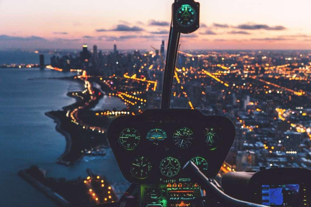 Aux commandes d'un hélicoptère, faites votre baptême de pilotage encadré par un instructeur confirmé. © Austin Neill, Unsplash