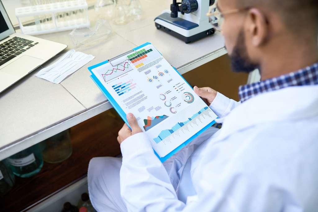 Grâce à son expertise, le biostatisticien aide les chercheurs dans la compréhension des résultats d'une étude clinique par exemple. © seventyfour, Fotolia.