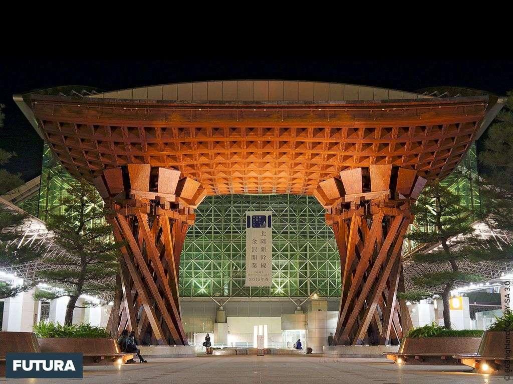 Japon, gare de Kanazawa, dans un pur style traditionnel