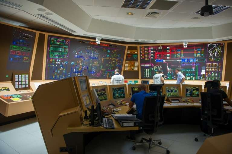Des techniciens de l'IRSN près du panneau de contrôle du simulateur lors d'un exercice de sécurité nucléaire à la centrale nucléaire de Civaux, le 22 septembre 2015. © Guillaume Souvant, AFP/Archives