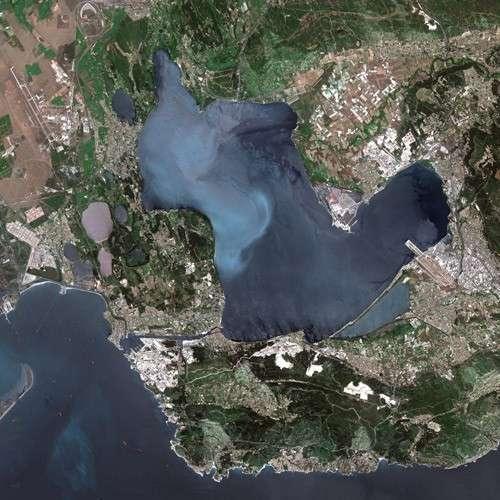 L'étang de Berre est l'une des lagunes les plus connues de France. Comme de nombreuses lagunes méditerranéennes, il est de type estuaire. © Cnes, Spot Image, Wikipedia, CC by-3.0