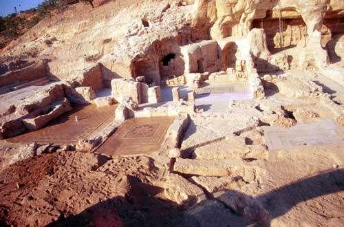 Vue sur une des maisons romaines de Zeugma ayant réoccupé une nécropole rupestre installée dans la falaise. © Catherine Abadie Reynal (Mission Zeugma) - Toute reproduction interdite