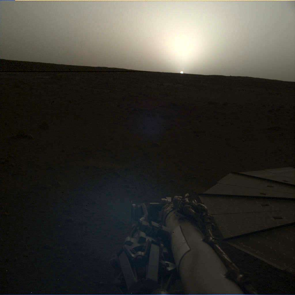 Un coucher de Soleil vu le même jour (Sol 145) à 18 h 30, heure de Mars, par InSight, soit le 25 avril sur Terre. © Nasa, JPL-Caltech
