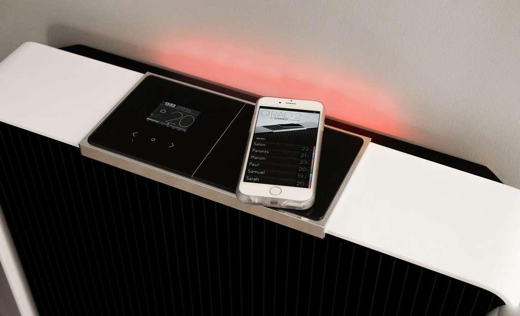Qarnot a profité du CES de Las Vegas pour dévoiler une évolution de son radiateur connecté qui intègre toute une batterie de capteurs (air, température, humidité, décibels…), un système de charge par induction pour les smartphones et une paire de haut-parleurs Bluetooth. © Qarnot