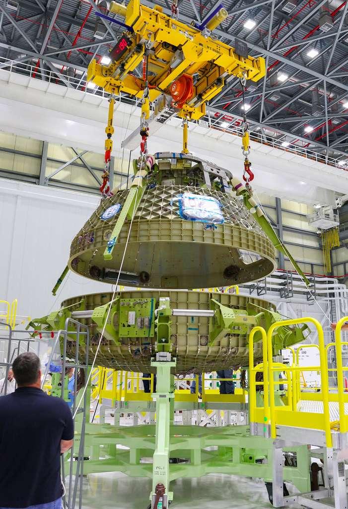 Assemblage de la partie haute et de la partie basse de la capsule CST-100 Starliner, de Boeing, en novembre 2016, dans une des salles blanches du Commercial Crew and Cargo Processing Facility du centre spatial Kennedy, en Floride. © Boeing, Nasa
