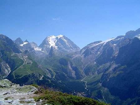 La Grande Casse (3.855 m) est le point culminant du massif de la Vanoise. Sur cette photo, juste devant la Grande Casse, se trouve l'aiguille de la Vanoise, qui surplombe la vallée de la Glière, puis Les Fontanettes, un hameau de Pralognan-la-Vanoise. À droite, les glaciers de la Vanoise. © Cevenol2, CC by-sa 3.0