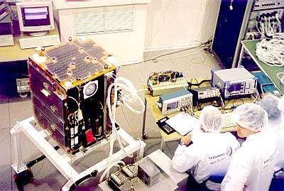 Le satellite Proba-1, en cours d'étalonnage et de tests dans une salle propre de la société Verhaert Design & Development, dans la banlieue d'Anvers (Belgique). Photo Th.P./SIC.