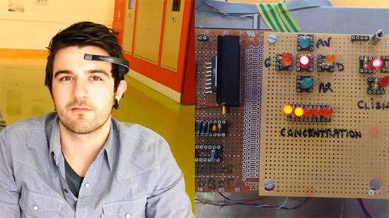 Le casque EEG Mindwave, ici porté par Pierre Pagliughi, est peu encombrant et transmet ses informations par Bluetooth. Un système électronique, dont on voit le prototype à droite, en extrait deux paramètres : le niveau de concentration et le clignement éventuel des yeux. Le premier sert à choisir la vitesse et le second à commander la direction. © Esme Sudria