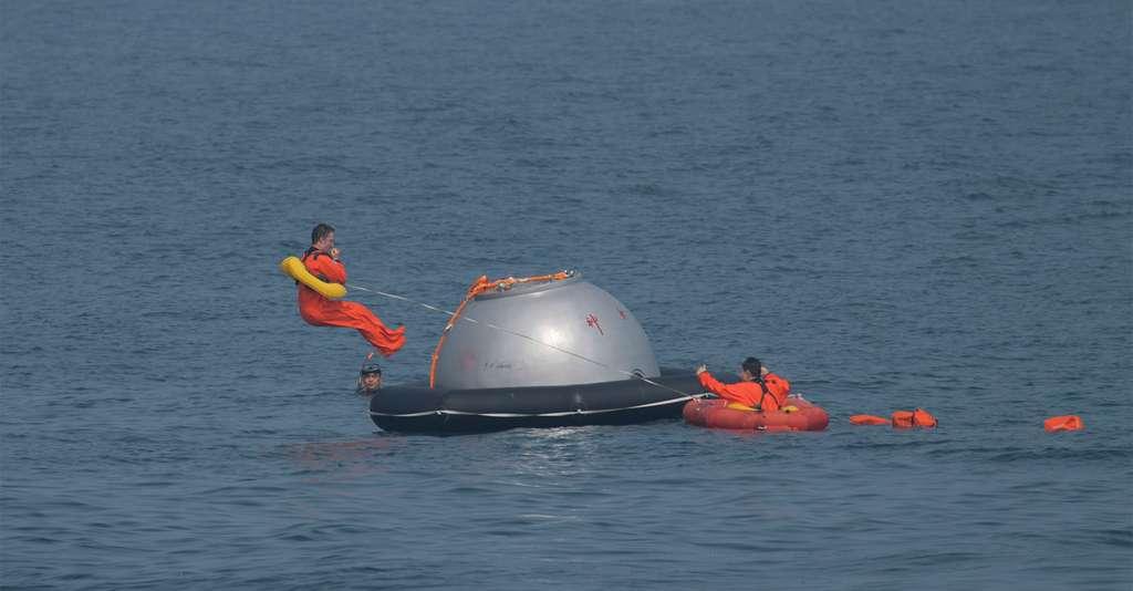L'astronaute européen Matthias Maurer, de nationalité allemande, s'entraîne à s'extraire en sécurité d'une capsule chinoise Shenzhou, sous les yeux d'un instructeur et d'une taïkonaute. © S. Corvaja, ESA