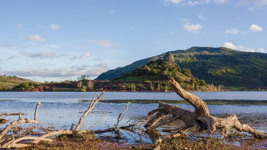 La Roque, dans la commune de Clermont-l'Hérault, et le lac du Salagou. © Christian Ferrer, Wikipédia, CC by-sa 4.0
