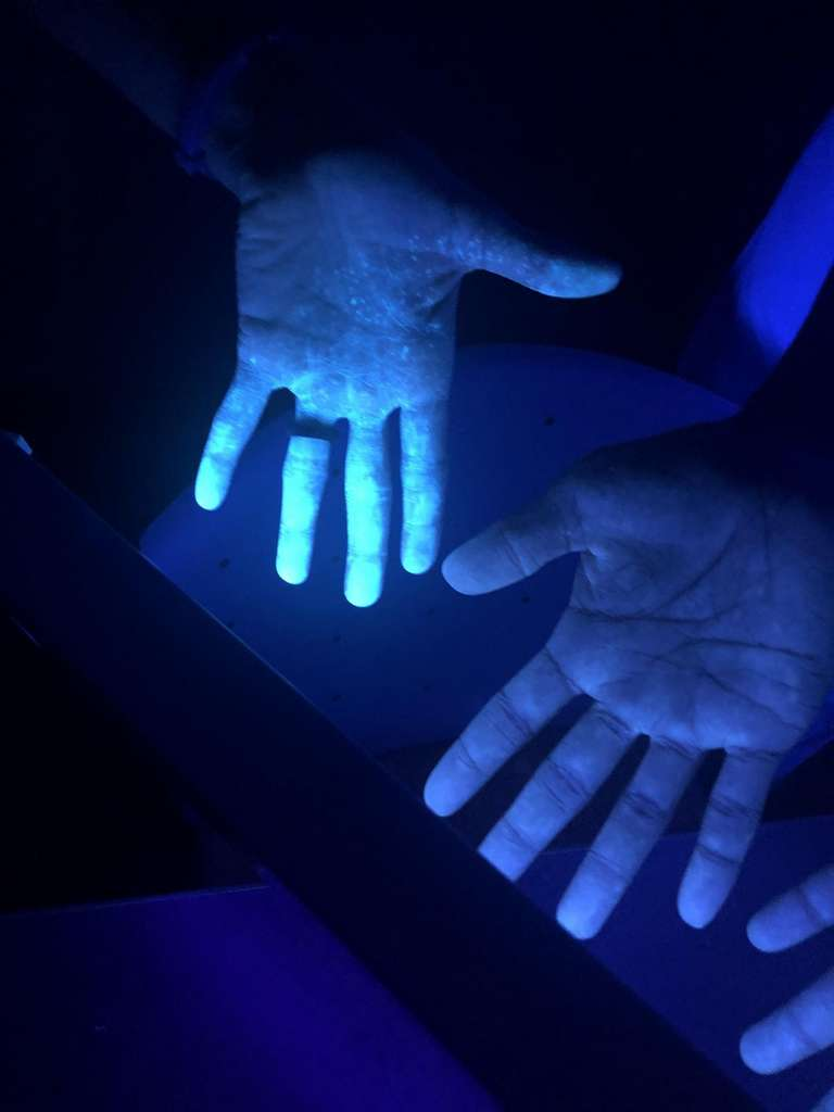 Malgré le port de protections lors de l'expérience, les mains de certains volontaires sont contaminées par le liquide phosphorescent quand ils ont retiré leurs gants. © Rami A. Ahmed, D.O.