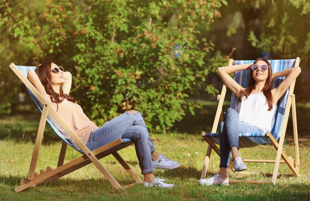 « Coincer la bulle », se détendre avec des amis au restaurant ou au jardin concoure aussi au bien-être psychique. © Africa Studio, Adobe Stock