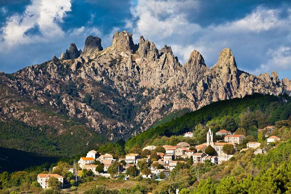 La plus grande des aiguilles de Bavella, la Punta di u Furnullu, se détache à quelque 900 mètres de hauteur. © Beboy, Adobe Stock