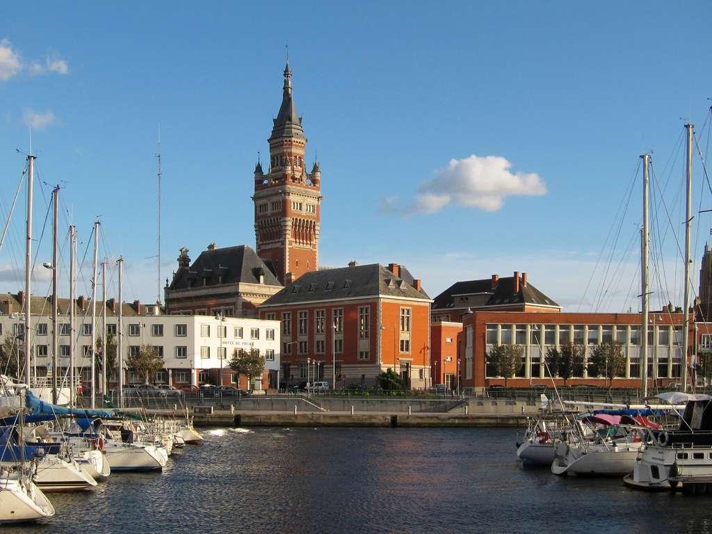 Le Grand Port Maritime de Dunkerque accueille un terminal méthanier imposant. Ici, l'hôtel de ville vu du port de plaisance. © Velvet, Wikimedia Commons, CC by-sa 3.0
