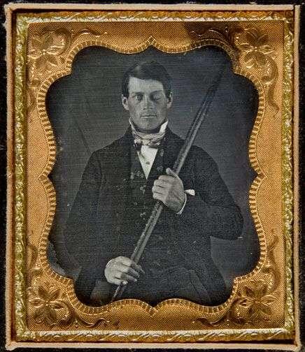 Daguerréotype de Phineas P. Gage (1823–1860) posant avec la barre à mine qui lui a traversé le crâne. © EEng, Wikipédia Commons, CC BY-SA 3.0
