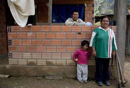 Elias Mamani Flores, le père de Rosa, possède maintenant une maison en dur. Grâce aux revenus du commerce équitable, les producteurs améliorent leur habitat. Avec les études des enfants, c'est là qu'ils investissement le plus fréquemment. © Max Haavelar - Bruno Fert - Tous droits réservés