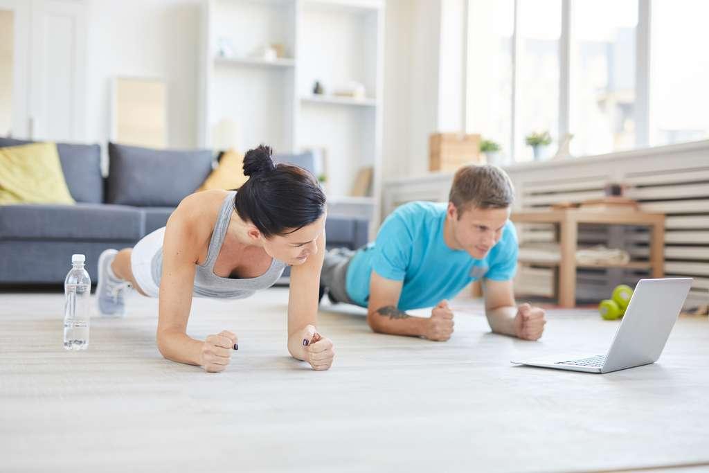 En cette période de confinement, les initiatives se multiplient sur le Net pour proposer à tout un chacun des exercices physiques à faire chez soi. © pressmaster, Adobe Stock