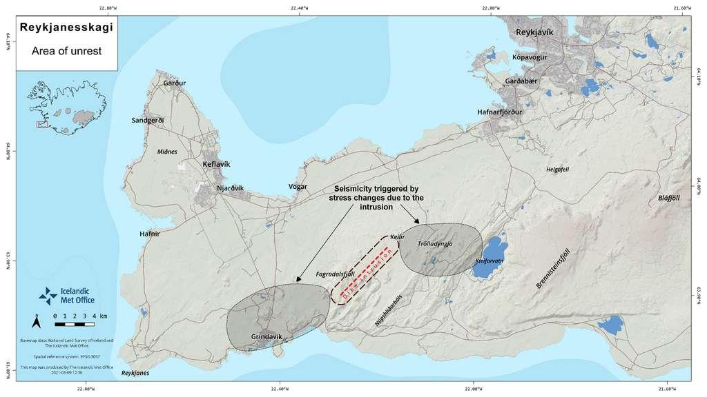Cette image montre l'emplacement de chambres magmatiques qui se forment sous la croûte terrestre dans Reykjanesskagi. Lorsque le magma pénètre dans les couches sédimentaires et forme des tunnels magmatiques appelés dikes — comme c'est actuellement le cas dans la zone entre Keilir et Fagradalsfjall —, une pression se forme dans la croûte terrestre. Cela crée des tensions sur les côtés est et ouest de la zone qui devient sismiquement plus active. © Icelandic Met Office