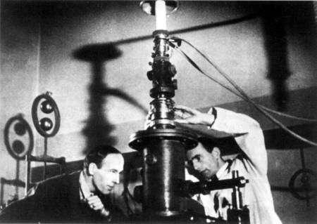 Cliquez pour agrandir. A droite Ernst Ruska devant l'un des premiers microscope électronique. Crédit : Technische Universität, Berlin