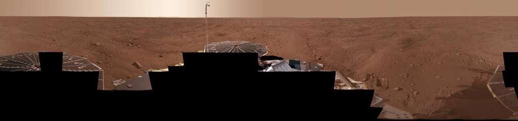 Le lander Phoenix s'est posé le 25 mai 2008 à proximité de la calotte polaire nord dans la plaine de Vastitas Borealis en plein milieu d'un secteur constitué de sols polygonaux à perte de vue. © Nasa