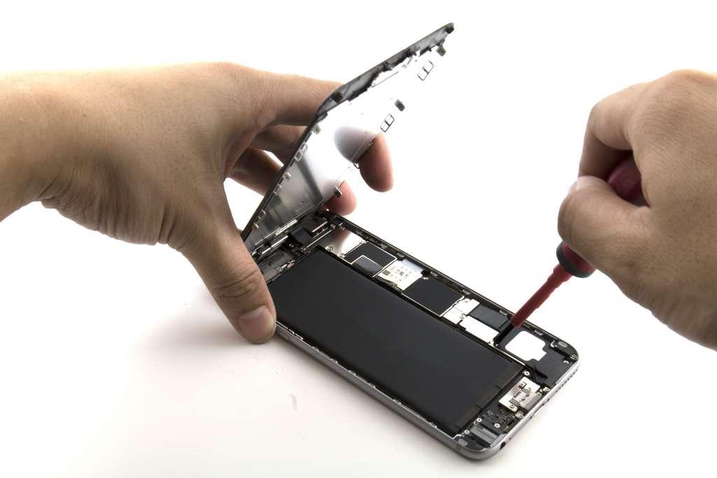Écran, batterie, micro... tous les composants d'un smartphone ou d'une tablette peuvent être remplacés et se commandent facilement auprès de sites spécialisés (world i-tech, SOSav, mobile24...). Réaliser soi-même la réparation demande simplement de la patience, de la minutie et un peu de temps. © nddcenter, Adobe Stock